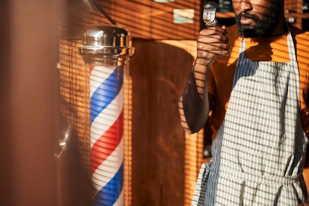 ポータブルバリカンを持っているアフリカ系アメリカ人の男
