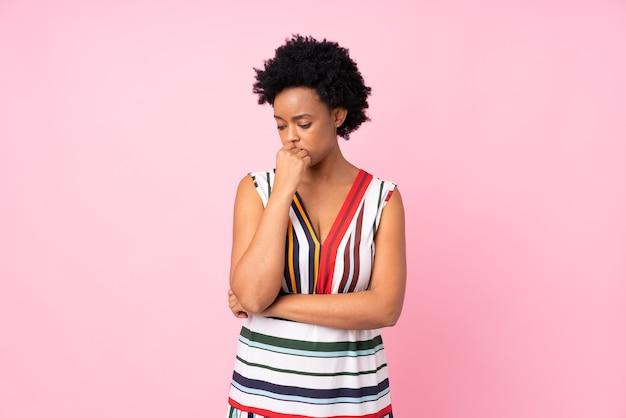 Афро-американская женщина изолирована на розовом фоне