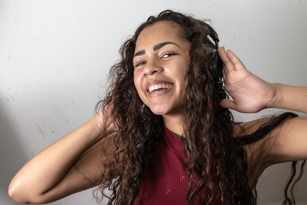 흰색 배경 위에 아프리카 미국 여자 듣기 음악