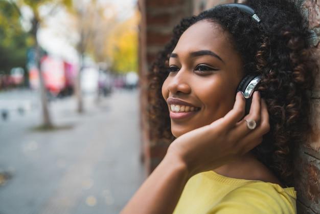 Афро-американская женщина слушает музыку