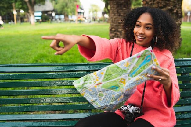 地図とアフリカ系アメリカ人の女性。旅行の概念。