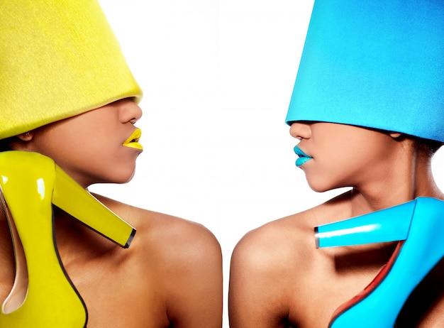 黄色と青のドレスでアフロアメリカンの女性