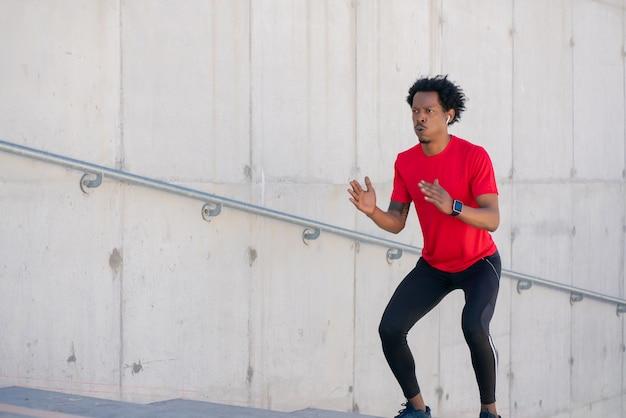 야외 계단에서 운동을 하 고 아프리카 운동 남자. 스포츠와 건강한 라이프 스타일.