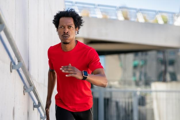 아프리카 운동 남자 실행 하 고 거리에서 야외에서 운동을 하 고. 스포츠와 건강한 라이프 스타일 개념.