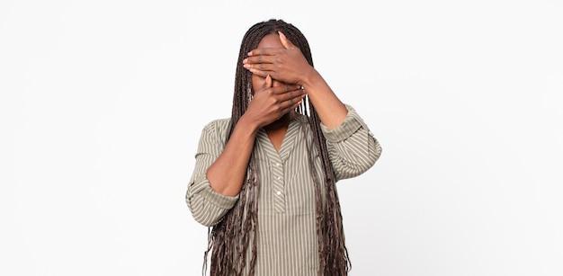 두 손으로 얼굴을 가린 아프리카 흑인 성인 여성이 카메라에 노를 젓는다! 사진을 거부하거나 사진을 금지