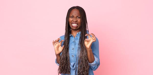 아프로 흑인 성인 여성은 역겹고 메스꺼움을 느끼며 불쾌하고 냄새가 나거나 악취가 나는 것을 멀리하며 yuck라고 말합니다.