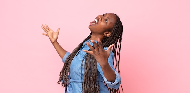 Афро-черная взрослая женщина, исполняющая оперу или поющая на концерте или шоу, чувствуя себя романтичной, артистичной и страстной