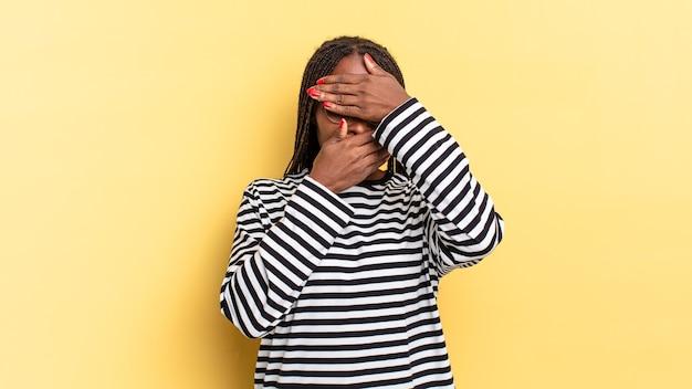 두 손으로 얼굴을 가린 아프리카 흑인 미녀가 카메라에 노를 젓는다! 사진을 거부하거나 사진을 금지