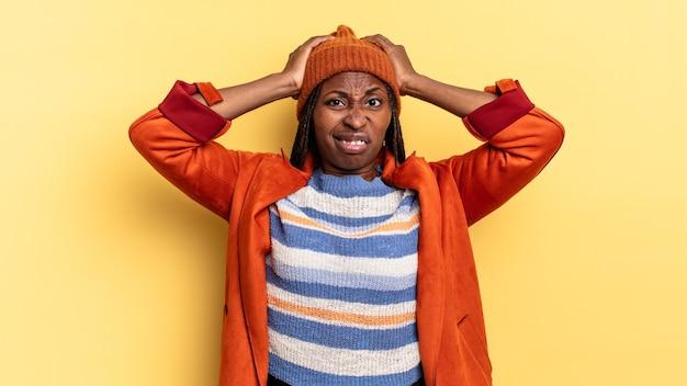 아프로 흑인 예쁜 여자는 좌절하고 짜증나고, 아프고, 실패에 지쳤고, 지루하고 지루한 작업에 지쳤습니다.