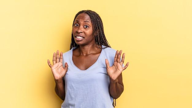 아프리카 흑인 예쁜 여성이 긴장하고 불안해하며 걱정하며 내 잘못이 아니면 내가 하지 않았다고 말합니다
