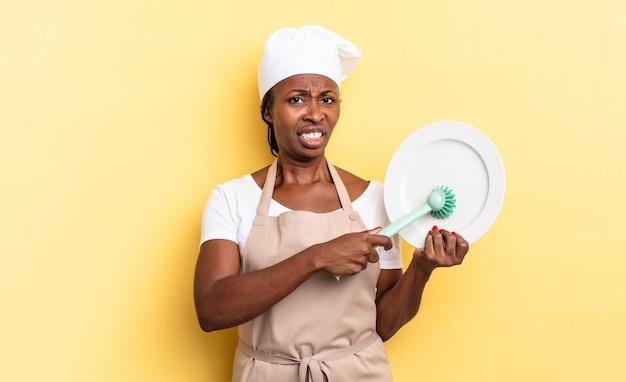 アフロ黒きれいな女性の食器洗いのコンセプト