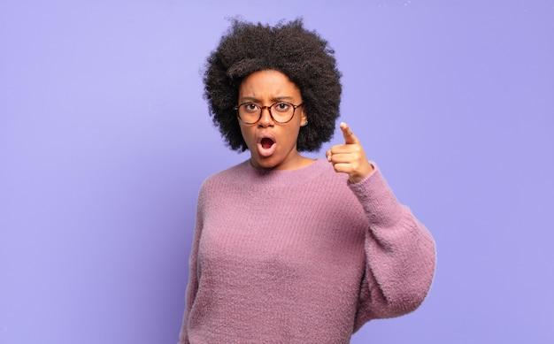 격리 된 벽에 아프리카 흑인 여성
