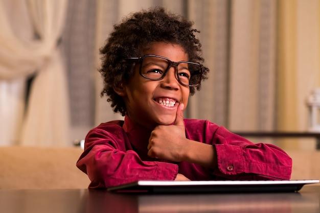 キーボードの笑いでアフロ少年。