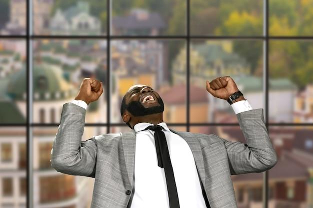 喜びを表現するアフロビジネスマン。