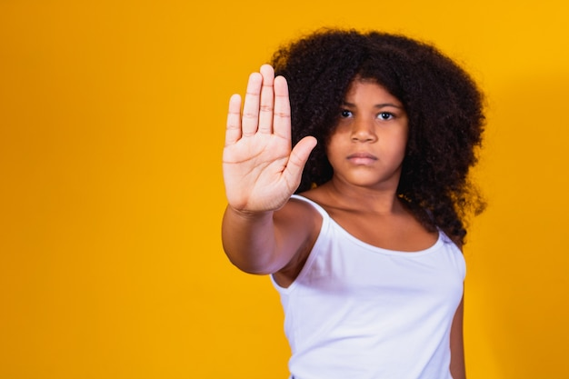 Афро девушка делает знак остановки