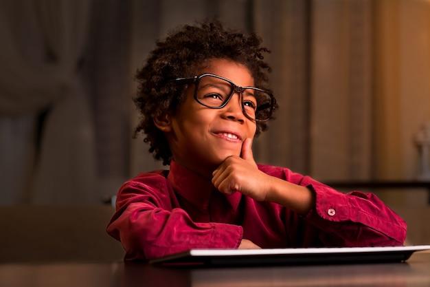 キーボードの笑顔でアフロの子供。