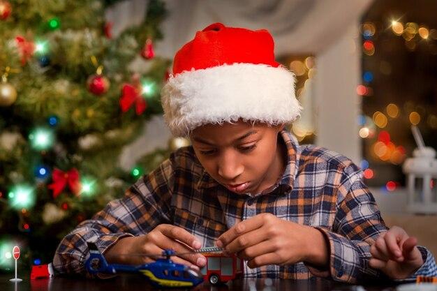 Афро-ребенок играет на рождество.