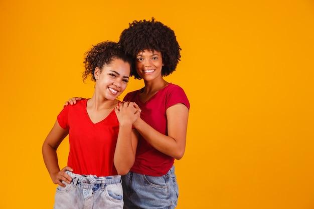 노란색에 아프리카 레즈비언 커플입니다. 동성애 커플