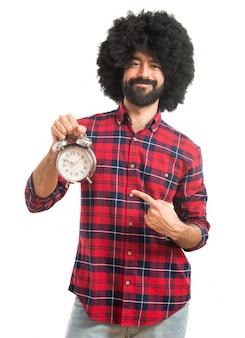 Afro uomo che tiene orologio vintage