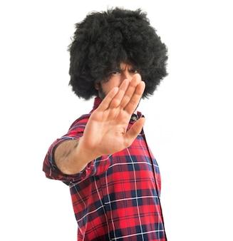 Афро человек делает знак остановки