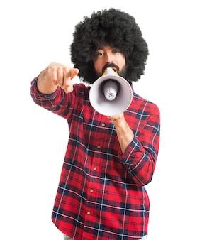 Afro gridando dal megafono