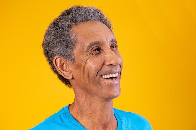 横にテキストのスペースで笑っているアフロ高齢者