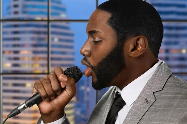Афро-певица с микрофоном.