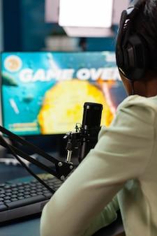 オンラインチャンピオンシップを失ったアフロストリーマーは、ゲームオーバーに失望しています。強力なコンピューターで新しいグラフィックを使用してオンラインビデオゲームをストリーミングするプロのゲーマー。