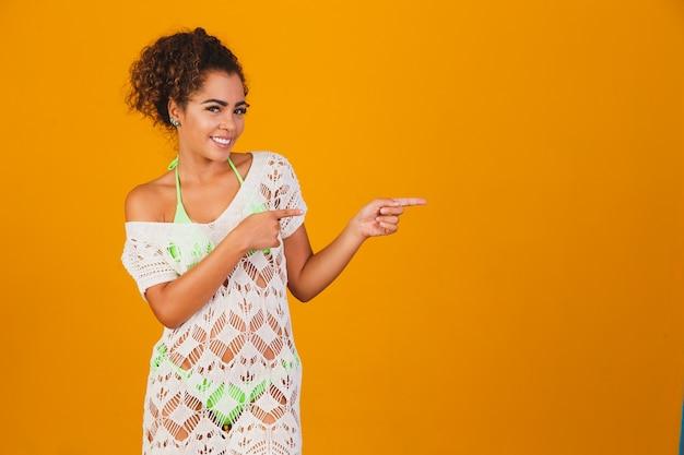 Афро-женщина в пляжной одежде