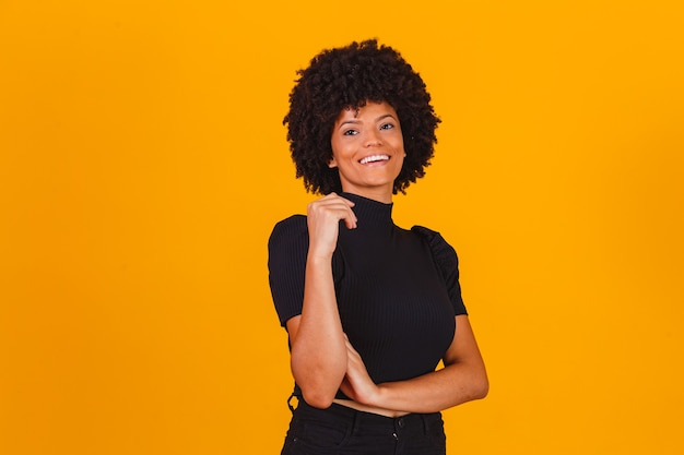 Афро женщина с улыбкой волос blackpower. афро женщина