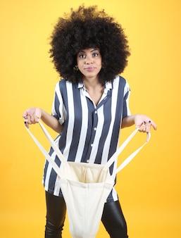아프리카 여자, 천 가방, 노란색 배경