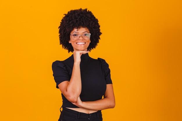 Афро женщина в очках улыбается
