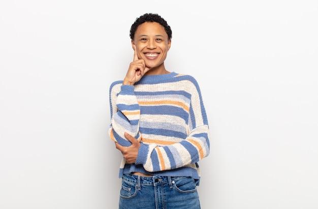 아프리카 젊은 흑인 여성이 혼란 스럽거나 의심스럽고 생각에 집중하고 열심히 생각합니다.