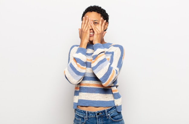 ストレス、心配、不安、または恐怖を感じ、頭に手を置いて、誤ってパニックに陥ったアフロの若い黒人女性