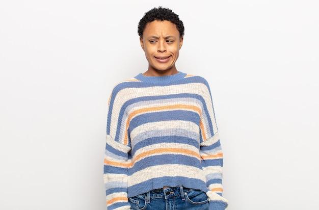 深刻な、厳しい、怒りと不満を見て、タイムアウトサインを作るアフロ若い黒人女性