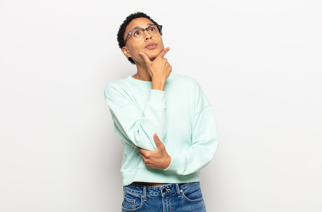 腕を組んで笑っているアフロ若い黒人女性と幸せ、自信を持って、満足のいく表現、側面図