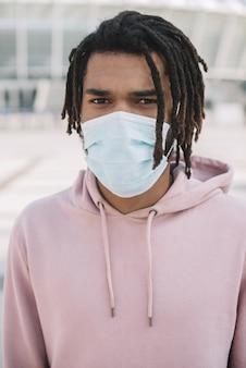 Modello afroamericano che indossa una maschera medica