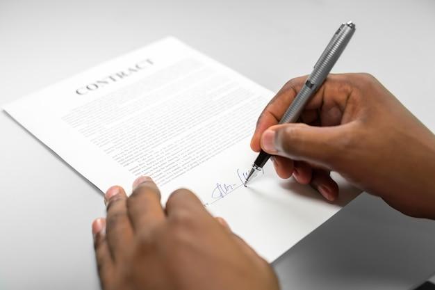 Afroamerican이 대출 계약에 서명합니다. 섬세한 거래. 위험을 염두에 두십시오. 부채가 나오는 곳.