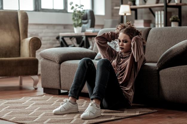이별 후. 남자 친구와 헤어진 후 극도로 우울하고 스트레스를받는 십대 소녀