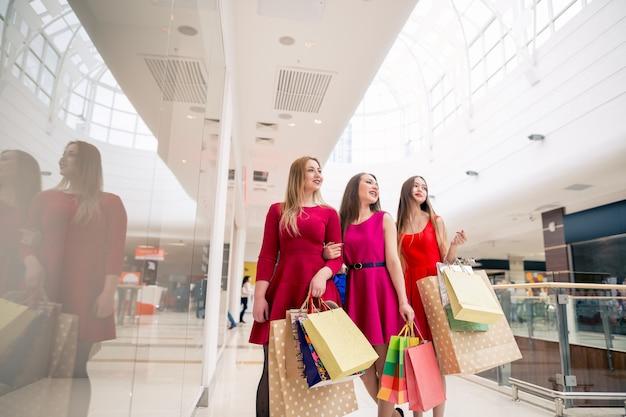 一日の買い物の後。歩きながら買い物袋を運ぶ若い女性のクローズアップ