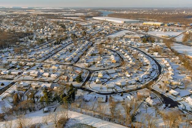 겨울 풍경에 작은 마을의 눈 후 주거 거리에서 눈 덮인 겨울 후