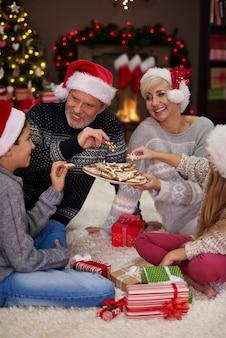 クリスマスイブの後、何か甘いものを食べる時間です