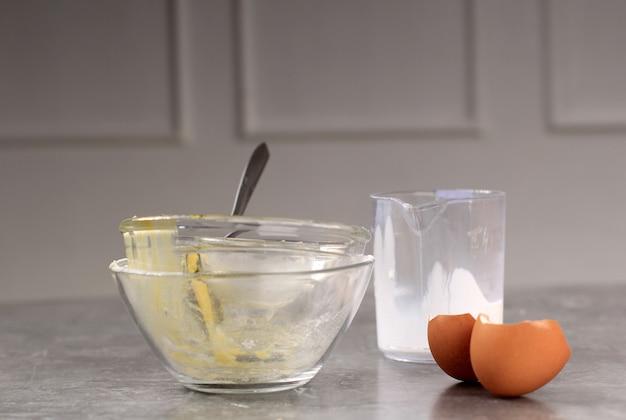 Подготовка к выпечке грязная миска и яичная скорлупа на кухне