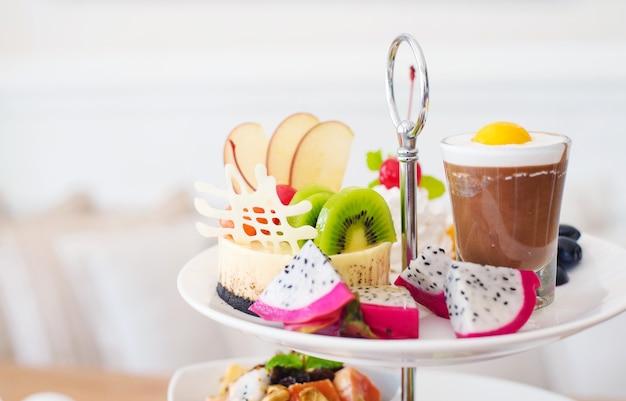 Послеобеденная чайная церемония, много десертов в ресторане
