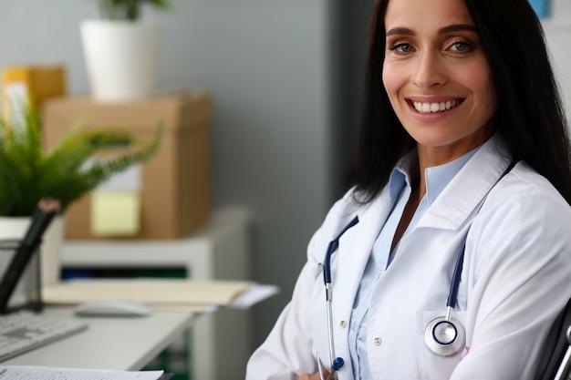 インドの女性医師の肖像画aganist病院