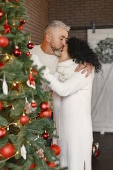 나이와 사람들 개념. 집에서 수석 부부입니다. 흰색 knited 스웨터에 여자입니다.