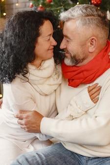 Возраст и концепция людей. старшая пара дома. женщина в белом вязаном свитере.