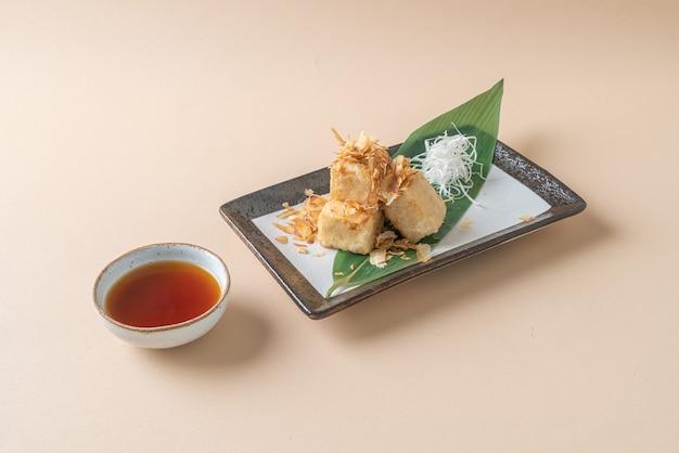 (揚げ出し豆腐)シャキッとした揚げ出し豆腐に醤油を添えて-日本食スタイル