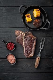 Выдержанный стейк из говядины t bone. сочный приготовленный стейк с розмарином и специями, плоский вид сверху