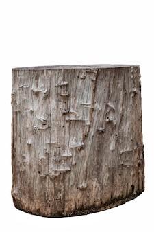 Большой кусок состаренной древесины коричневого цвета, из которого делают стул. изолированные на белом фоне
